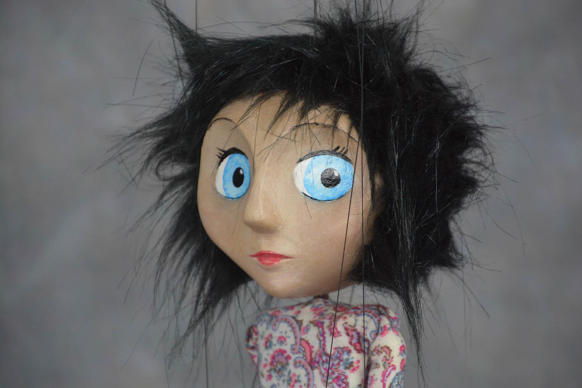 marionnette artisanale fille brune